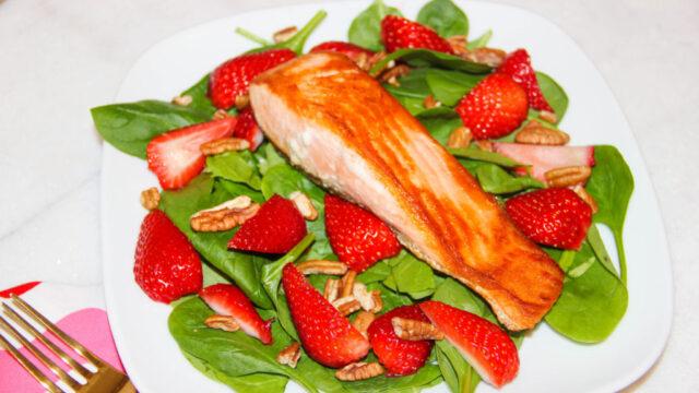 Seared-Salmon-Strawberry-Spinach-Salad